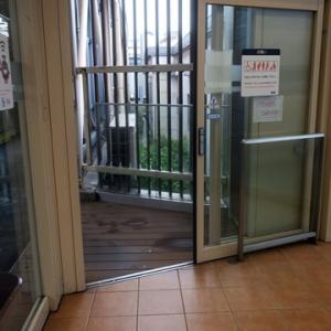 【駅に着いたら今朝も・・・・】待合室行となりました。