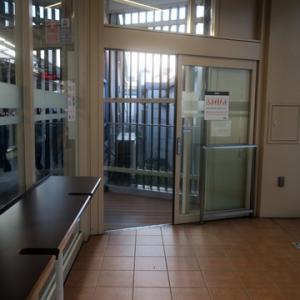 【今朝も駅では待合室行】でありました。