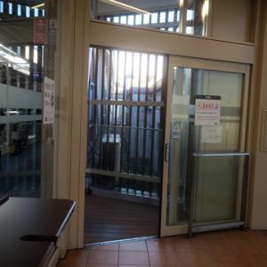 【駅では今日も・・・】待合室行でありました。
