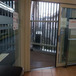 【駅では休日恒例の・・・】待合室行でありました