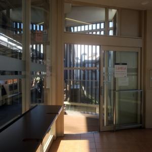 【駅ではけさも待合室行】となりました。