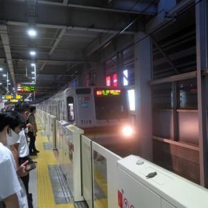 【東横線はかなり混んでいて・・・・】ゃっと座れたのは日吉でした。トホホ