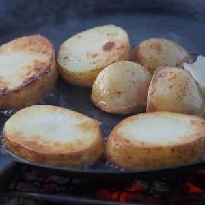 焚火フライパンで調理する。縁の立ち上がりと大きさが絶妙で焚き火料理が楽しくなる