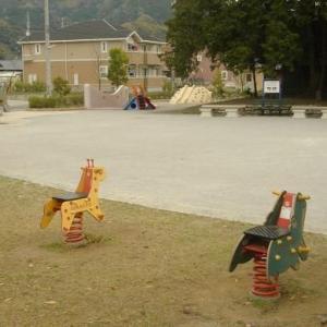 トイレ一体型ベンチがある 横内白髭公園 (静岡県藤枝市横内198 白髭神社のとなり)