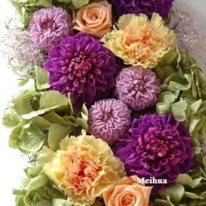 お誕生日プレゼントに 紫のダリアの壁掛けアレンジ