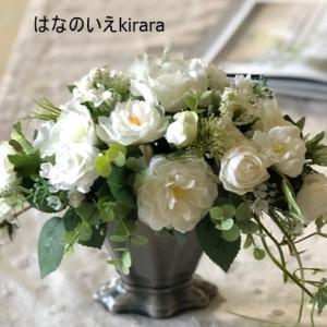 純白の薔薇のアレンジ
