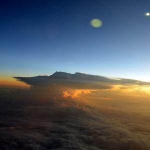 ☆★ハワイ時間9/20日Am9:30過ぎに、着陸態勢に入る。右側席からの景色、マウイ島ハレアカラ山からハワイ島の景色が雲間から★☆