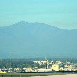 ☆★十勝晴れのいい天気、芽室・清水町などを通り、日勝峠に向かいました。国道からそれて見晴らしのいい所に、エゾシカの出迎え★☆
