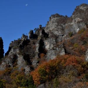紅葉に生える妙義山(さくらの里周辺)