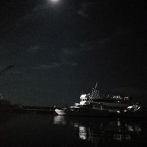 夏の夜に 海で輝く 船と月