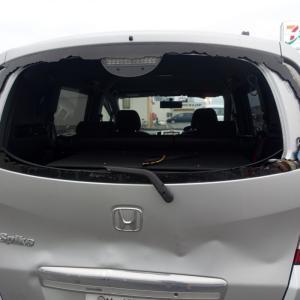 【自損事故】 車のリアガラスを割っちゃった orz