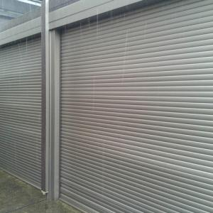台風接近中 車庫のシャッター