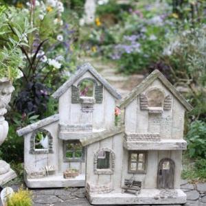 秋の庭に似合うモルタルの家