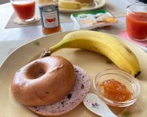 朝食はシンプルなベーグル 夜はシンプルなパエリア♬