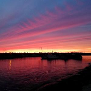 夕焼けに染まる港