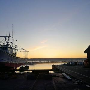 日の出を待つ漁港