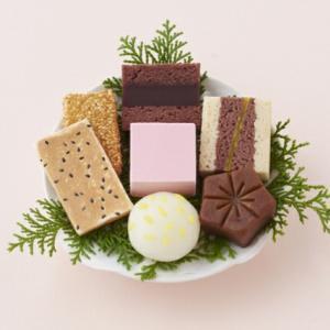 本日は嘉祥の日 和菓子の日♪和菓子は古くて新しい♪風呂敷包みは和菓子にお似合い♪