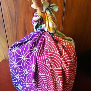2021年おせちの重箱♪ふろしきぶる風呂敷超撥水バージョン虹色で花びら包みして持ち手も作りました