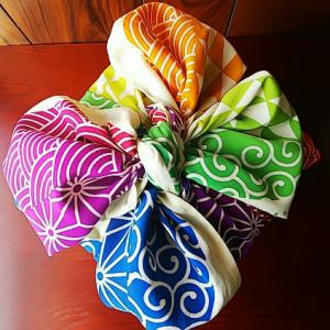 四角く嵩張る重いものを包むのは花びら包みが得意です♪ふろしきぶる風呂敷超撥水バージョン虹色