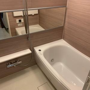憧れのお風呂の蓋だ〜!と黒い浴槽から脱出しまーす\(^o^)/