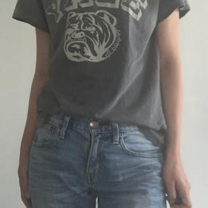 デニムとロゴTシャツでリラックスリモートウェア★批判されてもへっちゃらです。