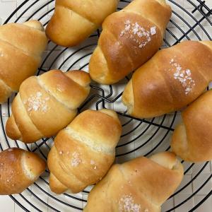 塩パン出来ました!コロンとかわいい形を頑張るママさん