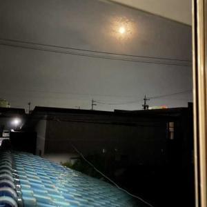 窓を開けて撮影。月がきれいです!
