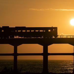 <山陰線> 列車と夕日のコラボ