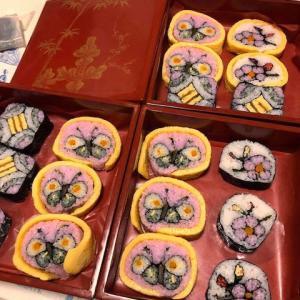 赤いお重箱の中の可愛いお寿司