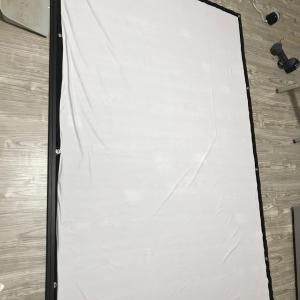 巾木とプロジェクタースクリーン