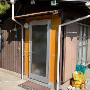 玄関前の樋を横に伸ばすのと黒塗装