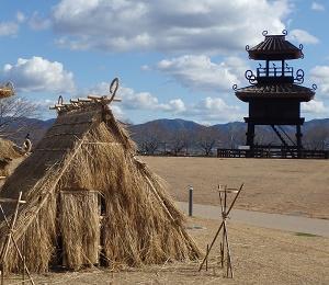 唐古、鍵遺跡史跡公園で「わらアート」