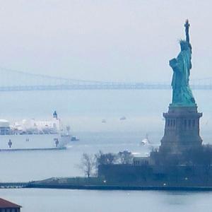 USNS Comfort 海軍 病院船 到着