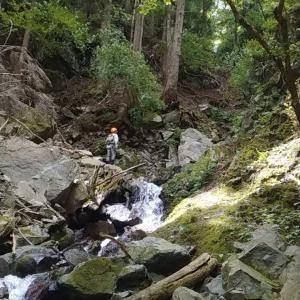 危険な渓で探検隊