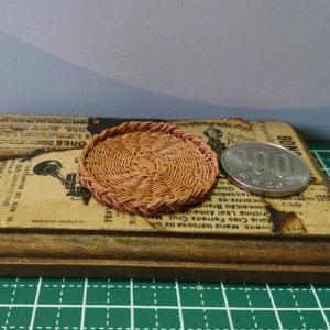 ミニチュアのベーカリーバスケット三つ編み止めを編んでみました