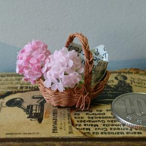 ミニチュアの花…「ピンクのアナベルバスケット」