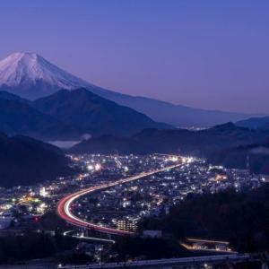 街明かりと富士山