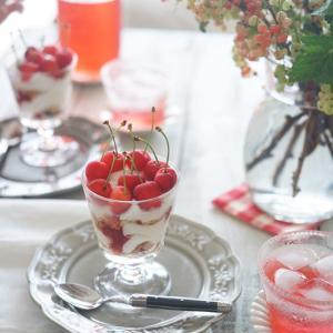 夏の実ものベリーを楽しもう♪房スグリをガラスの花瓶に1種活け!