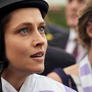 「ライド・ライク・ア・ガール」家族の絆と努力が彼女をトップに押し上げた。初の女性騎手G1優勝者。