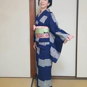 【今日の着物】藍色のお召し・赤黒白の市松半襟・猫柄の半幅帯♪