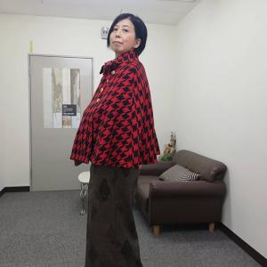 今日の着物・アウターは梅屋さんのポンチョコート(赤×黒)♪