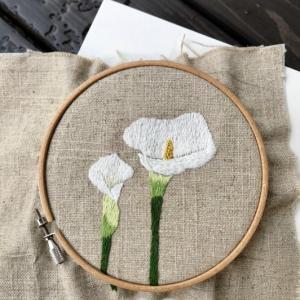 カラー(花)の刺繍、修正と追加。