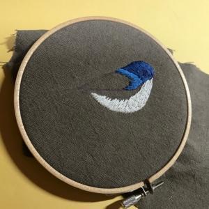 ルリビタキの刺繍をしています。