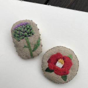 アーティチョークと椿の刺繍ブローチができました。