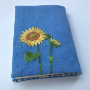 ひまわりの刺繍ブックカバーを作りました。