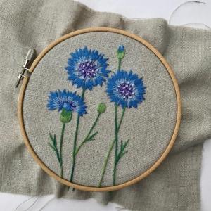 矢車菊の刺繍をしました。