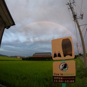 今日の虹とお店の看板