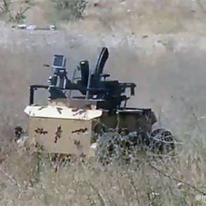 なお、この車両は自動的に爆発します。イラン軍が自爆装置を搭載した無人ロボット兵器を公開