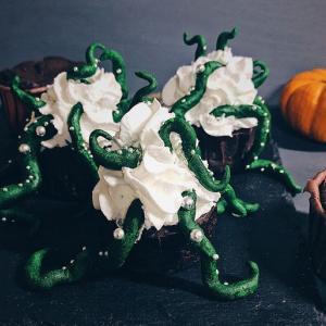 ハロウィン仕様。緑の触手をつかさどる簡単おいしいブラウニーカップケーキのレシピ【ネトメシ】