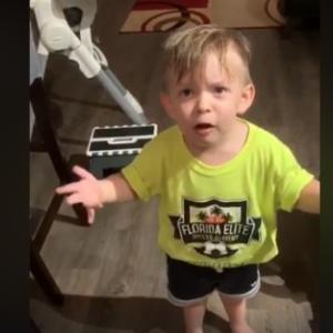 キスがないだと!行ってきますのキスをせずに仕事に行ったママへの不満をパパにぶつける2歳男児(アメリカ)